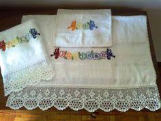 Jogo de toalhas, bordadas em ponto cruz e com bico de crochê