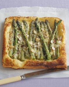 MASCARPONE AND ASPARAGUS TART BY JULIE LE CLERC Asparagus Tart, Cafe Food, Grubs, Learn To Cook, Easter Recipes, Drink Recipes, Side Dishes, Brunch, Food And Drink