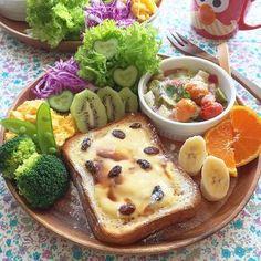 忙しい朝、マンネリになりがちな食パンもこんなふうにすればおいしく変身!驚くほど手軽に作れるレシピをご紹します。定番のものから、意外なものまで、食パンはなんでも合うんです。お気に入りのアレンジトーストが見つかれば、朝が楽しくなる予感⁉︎