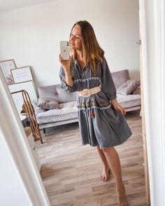 Handgefertigte Boho-Tunika Musselin Kleider mit vielen cerspielten Details. Getragen kann dieses spezielle Kleid mit einem Gürtel oder offen locker leicht. Wir lieben jedes noch so kleine Detail wie die Bommelborte, Zackenlitze uvw. details auf dem Bohokleid - Zu kaufen gibt es diese auf unserem Instagram Kanal Chic, Handmade, Instagram, Style, Fashion, Gowns, Shabby Chic, Swag, Moda