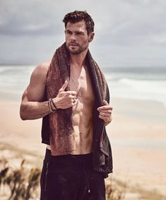 Chris Hemsworth's body Nice picture of Australian actor Chris Hemsworth showing his body near the sea, he is very attractive. This pictu. Chris Hemsworth Thor, Chris Hemsworth Torse Nu, Chris Hemsworth Muscles, Hemsworth Brothers, Z Cam, Australian Actors, Hottest Male Celebrities, Celebs, Hommes Sexy