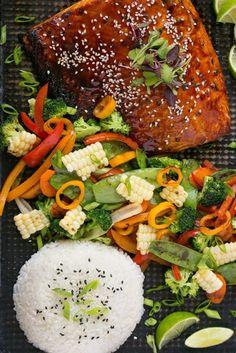 Aún así no ames el salmón, te gustará este filete con glaseado dulce servido con vegetales frescos. La receta aquí.