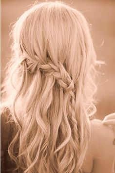 loose braid - Hairstyles and Beauty Tips Loose Braid Hairstyles, Loose Braids, Boho Hairstyles, Pretty Hairstyles, Hair Plaits, Side Plaits, Loose Chignon, Wedding Hairstyles, Crown Braids