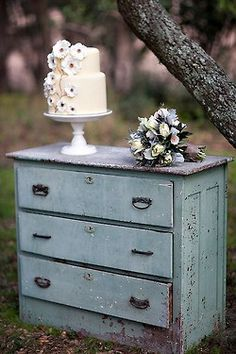 Two of my passions in a same picture: Old furniture and a cake <3