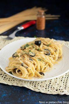 Gli spaghetti con pangrattato e olive sono sfiziosi, chiamati anche spaghetti poveri un tempo veniva usato al posto del formaggio grattugiato ma oggi lo si trova anche nei ristoranti come piatto prelibato #nonsololetortedianna #ricetta #recipe #spaghetti #spaghettipoveri #spaghettialpangrattato #giallozafferanoricette #primipiatti #primopiattosfizioso #bastachesiabuono Spatzle, Spaghetti, Pasta Recipes, Olive, Ethnic Recipes, Anna, Food, Noodle, Recipes
