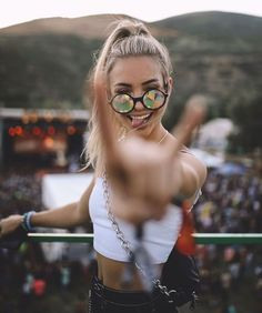 Do you want to take amazing photos like this? – Check out our photography cours … – girl photoshoot poses Self Portrait Photography, Portrait Photography Poses, Photography Poses Women, Photography Tips, Photography Business, Photography Backdrops, Photography Composition, Makeup Photography, Polaroid Pictures Photography