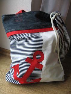 Taška námořnická Nabízím tašku z plátna v námořnickém stylu. Rozměry: výška: 42 cm šířka: 35 cm délka uší: 80 cm Vnitřek vypodšitý bílým plátnem. Doporučuji prát na 40 °C.