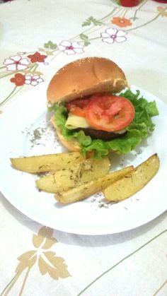 Hambúrguer caseiro acompahado de batatas rústicas