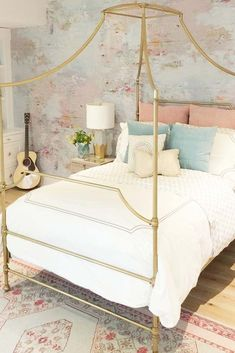 Cute Vintage Teen Bedroom Idea. Need some teen bedroom ideas for girls? Check out different cheap and more expensive decorations styles: boho, vintage, modern, cozy, minimalist, etc. #teenbedroom #teenbedroomideas #teenbedroomideasforsmallroom #glaminati #lifestyle