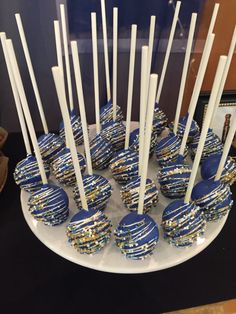 Cake Pops White and Gold . Cake Pops White and Gold . Sweet Sixteen Candy Bar Cupcakes Pops Gold White and Gold Birthday Party, Sweet 16 Birthday, 16th Birthday, Blue Birthday, Fotos Baby Shower, Deco Baby Shower, Blue Cake Pops, Blue Cakes, Sweet 16 Parties