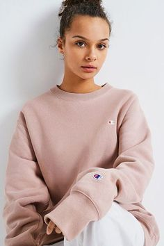 Champion X UO Blush Reverse Weave Crew Neck Sweatshirt - Fashion Ideas Cute Comfy Outfits, Sporty Outfits, Trendy Outfits, Fall Outfits, Fashion Outfits, Men Fashion, Fall Fashion, Summer Outfits, Fashion Tips
