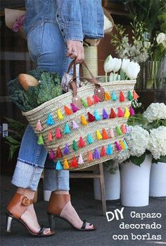 hand made tassels! (might be too much for me) DIY Tassel Tote Diy Tassel, Tassels, Straw Tote, Diy Accessories, Diy Clothes, Diy Fashion, Womens Fashion, Purses And Bags, Diy Crafts