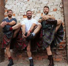 I love a man in a kilt! A collection of photos of men in kilts that put a smile on my face and that get my heart racing! Scottish Man, Scottish Fashion, Scottish Kilts, Under The Kilt, Scotland Kilt, Men In Kilts, Kilt Men, Man Skirt, Komplette Outfits