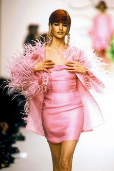 Beauty And Fashion Pink Fashion, 90s Fashion, Runway Fashion, Fashion Models, Female Fashion, Linda Evangelista, Vintage Vogue, Vintage Fashion, Mode Chanel