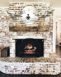 Most current Snap Shots Brick Fireplace mantle Popular It sometimes pays to be able to miss your remodel! As an alternative to extracting an dated brick fireplace , spend less Brick Fireplace Makeover, Farmhouse Fireplace, Home Fireplace, Fireplace Design, Fireplace Mantels, Fireplace Ideas, Vintage Fireplace, Brick Fireplace Decor, White Wash Brick Fireplace