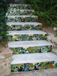 mosaic garden steps- just old tiles used up, I love it. Great way to liven up concrete steps! Garden Crafts, Garden Projects, Wood Projects, Mosaic Stairs, Glass Stairs, Jardin Decor, Outdoor Projects, Outdoor Decor, Outdoor Spaces