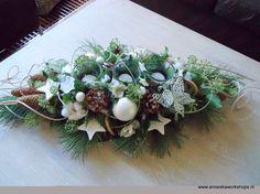 Kerst Christmas Flower Arrangements, Faux Flower Arrangements, Christmas Flowers, Christmas Centerpieces, Christmas Lights, Christmas Wreaths, Christmas Crafts, Christmas Decorations, Xmas