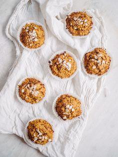 Sunde gulerodsmuffins lavet helt uden sukker, men sødet med dadler. Derudover indeholder de hovedsagligt gulerødder, havregryn og æg Healthy Baking, Healthy Recipes, Healthy Food, Whoopie Pies, The Breakfast Club, Feel Good, A Food, Cereal, Cheesecake
