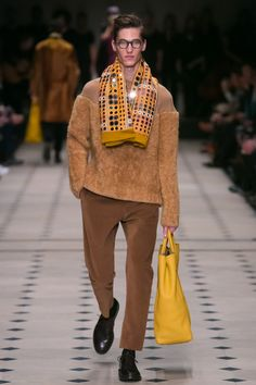 The last thing the ushers at Burberry did, just before the show began, was to close the tall, bronze velvet curtains that lined the tent. High Fashion Men, Live Fashion, Mens Fashion, Fashion 2015, Fashion Menswear, London Fashion, Burberry Prorsum, Burberry Men, Mens Fall