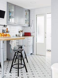 Cocina-gris-con-baldosas-hidráulicas | VIVES Ceramica | Hidraulicos