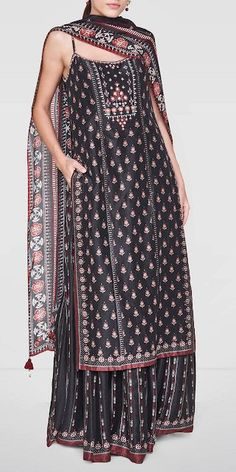Sonakshi Sinha Looks Ravishing in this Black Attire by Anita Dongre - Rampdiary Casual Indian Fashion, Indian Fashion Dresses, Dress Indian Style, Indian Gowns, Indian Attire, Fashion Outfits, Indian Wear, Fashion Weeks, Women's Fashion