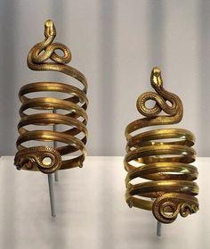 yer old Greek gold armbands-Museum of Artifacts Snake Jewelry, Greek Jewelry, Body Jewelry, Ancient Jewelry, Antique Jewelry, Viking Jewelry, Objets Antiques, Old Greek, Ancient Greek