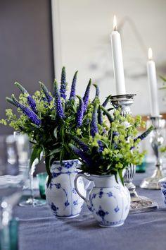Bilderesultat for borddekking konfirmasjon blomster Table Decorations, Furniture, Home Decor, Decoration Home, Room Decor, Home Furnishings, Home Interior Design, Dinner Table Decorations, Home Decoration