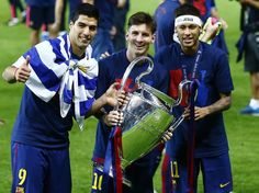 Neymar Photos - Neymar of Barcelona celebrates with the trophy after the UEFA Champions League Final between Juventus and FC Barcelona at Olympiastadion on June 2015 in Berlin, Germany. - Juventus v FC Barcelona - UEFA Champions League Final Uefa Champions League, Atletico Madrid Champions League, Barcelona Champions League, Lionel Messi, Messi And Neymar, Messi And Ronaldo, Cristiano Ronaldo, Barcelona Team, America's Cup