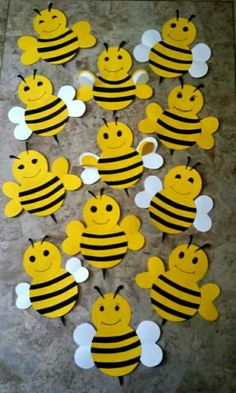 Busy bees for Bee Here Attendance board Bee Crafts For Kids, Projects For Kids, Art For Kids, Attendance Board, School Attendance, Duck Crafts, Bee Art, Bee Theme, School Decorations