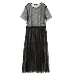 #bershkatrend GOTHIC ALERT!  Η Bershka προτείνει τα βασικά κομμάτια για ένα Gothic look με μια δόση από σπορ. Μακριά φορέματα από τούλι, βελούδινα bomber jacket, λαμπερά t-shirt από δίχτυ και δαντελένια top συνδυάζονται για να δημιουργήσουν ένα σκούρο αλλά σοφιστικέ look. Το κυρίαρχο χρώμα είναι το μαύρο, αλλά και το σκούρο πράσινο και το δαμασκηνί.
