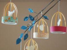 <p>Pensées comme des lanternes en papier, on peut aussi organiser ces petites cages à oiseaux pour en faire un joli mobile pour décorer la chambre de votre bout'chou. Il...