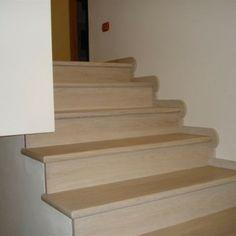 Battiscopa arrotondato per scala in legno sbiancato e spazzolato Stairs, Home Decor, Wooden Stairs, Stair Risers, Stairway, Decoration Home, Staircases, Room Decor, Ladders