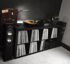No hay ninguna descripción de la foto disponible. Vinyl Record Cabinet, Vinyl Record Display, Vinyl Record Storage, Turntable Setup, Home Music Rooms, Sound Room, Vinyl Room, Audio Room, Audiophile