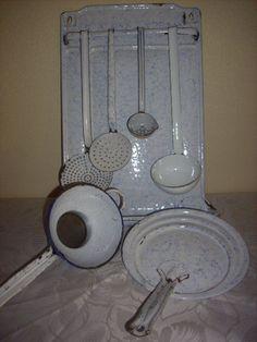 Anciens ustensiles de cuisine en tôle émaillée blanc marbré bleu, Art-Déco