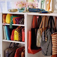 Não sabe mais como deixar as suas bolsas em ordem? Separei essa dica imperdível para você colocar tudo no lugar de um jeito fácil de fazer - e de manter! Os ganchos e as prateleiras são sempre bem-vindos! Curtiu??? Aposte nessa ideia! ;) #santaajuda #organização #dicas #GNT #micaelagoes #bolsas