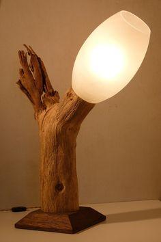 Très grande Lampe de table déco originale en chêne brut, diffuseur en verre dépoli.