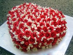 Cake in shape of heart with roses icing decoration Fancy Cakes, Mini Cakes, Cupcake Cakes, Heart Shaped Cakes, Heart Cakes, Beautiful Cakes, Amazing Cakes, Heart Shape Cake Design, Bolo Fondant