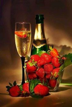 champagne and strawberry Best New Year Wishes, Happy New Year, Candle Scent Oil, Strawberry Champagne, Strawberry Wine, Scented Oils, In Vino Veritas, Romantic Dinners, Be My Valentine