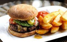 """Cum se prepară cei mai buni burgeri de casă, cu carne de vită şi de porc: secretele deliciosului """"Insanity Burger"""", reţeta lui Jamie Oliver"""