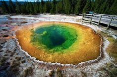 """piscinas natMas além do que seu nome sugere, na """"piscina da gloria matinal"""" está atualmente proibido o banho. No entanto, como supomos que algum dia era permitido, não queríamos deixar passar a oportunidade de acrescentar na lista esse gêiser do parque de Yellowstone (EEUU). O motivo é sua tonalidade cromática, surpreendente e em constante mudança, fruto das pequenas bactérias que vivem em seu interior e que mudam de cor de acordo com a temperatura predominante. urais"""
