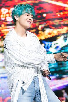 I miss tae in blue hair ❤ Bts❤❤ Bts Taehyung, Jimin, Bts Bangtan Boy, Bts Boys, Daegu, Foto Bts, Bts Photo, Bebe Love, V Bts Wallpaper