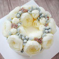 4th basic class / Peony❤️❤️Done by student . .  #flowercake#flower#anemone#baking#weddingcake#wedding#케이크#베이킹#플라워케이크#꽃밭#bakingclass#peony#rose#bouquet#fiore#torta#buttercream#buttercreamflowercake#koreanflowercake#koreanbuttercreamflowercake#韓式唧花#작약#weddingcake#birthdaycake#instacake#韓式擠花#鮮花蛋糕