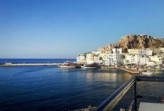 Karpathoksen satama on pieni ja rantabulevardi tunnelmallinen. #karpathos #satama #kreikka #greece Karpathos, New York Skyline, Travel, Trips, Traveling, Tourism, Outdoor Travel, Vacations