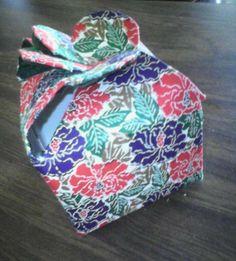nuevo modelo de caja oriental, con tetrapak de leche y papel japonés, visita mi web http://www.silvieni.com he subido un tutorial con imágenes para realizar un cajita en forma de corazón, con tetrapak de leche y papel decorativo.,