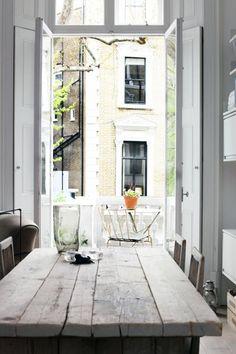 Londres est une ville surprenante ! Mélange de couleurs, de styles...un vrai melting pot !C'est ce que j'aime dans ce très joli appartement londonnien où domine le blanc et le style scandinave....