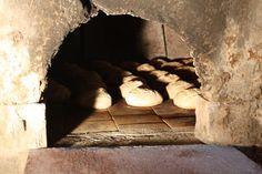 Les pains dorent dans le four plusieurs fois centenaire.