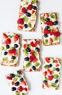 Kids Meals These mini fruit pizza crackers are not only healthy but so easy. Make them for a quick appetizer of after school snack! - These mini fruit pizza crackers are not only healthy but so easy. Make them for a quick appetizer of after school snack! Pizza Fruit, Mini Fruit Pizzas, Cheese Fruit, Pizza Pizza, Healthy Fruits, Healthy Snacks For Kids, Healthy Homemade Snacks, Snack Ideas For Kids, Eat Healthy