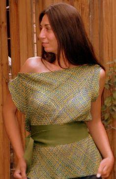 Remera de telar en tres hilos, con detalle de faja de tela al tono. Color a elección.