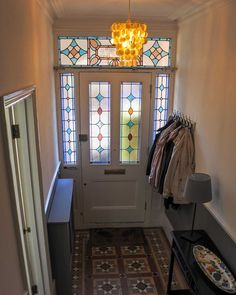 Stained glass Victorian front door in an impressive hallway Gorgeous Doors, Victorian Front Doors, Victorian Bathroom, Front Door, Glass Porch, Stained Glass Door, Hallway Designs, Bathroom Doors, Yellow Front Doors