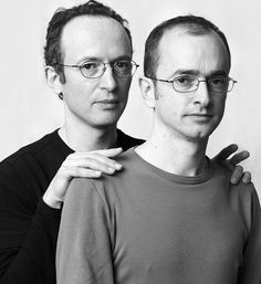 MINDBLOWING photo series: these people look like twins but aren't actually related.
